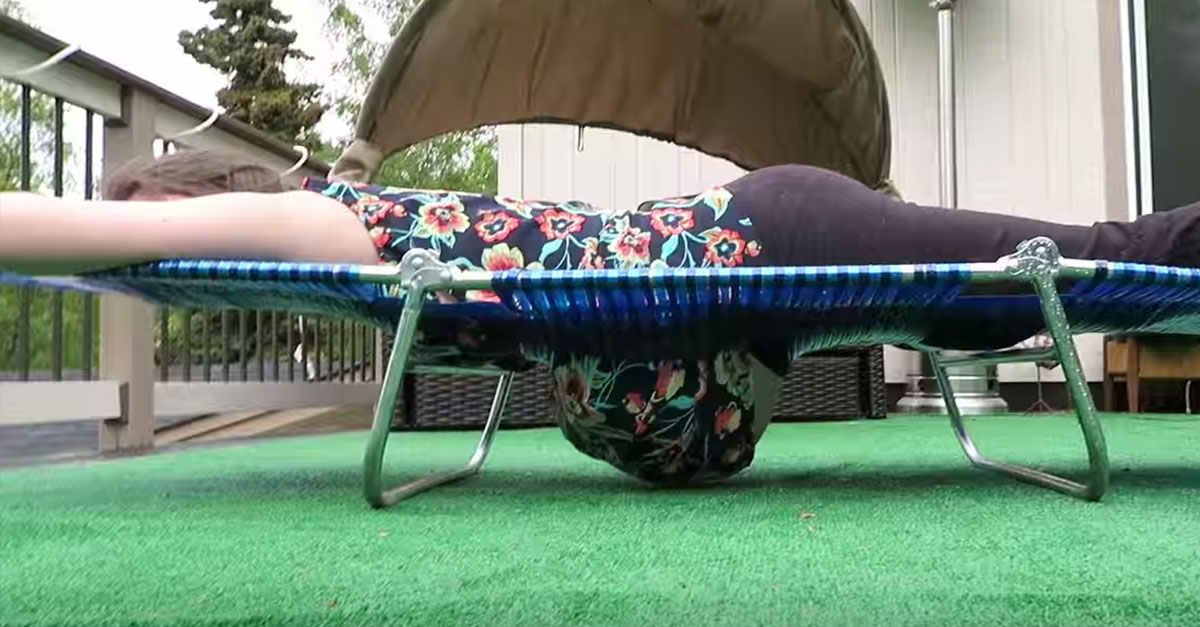 Pregnant Woman Cut A Hole In Her Lawn Chair So She Could Lay On Stomach