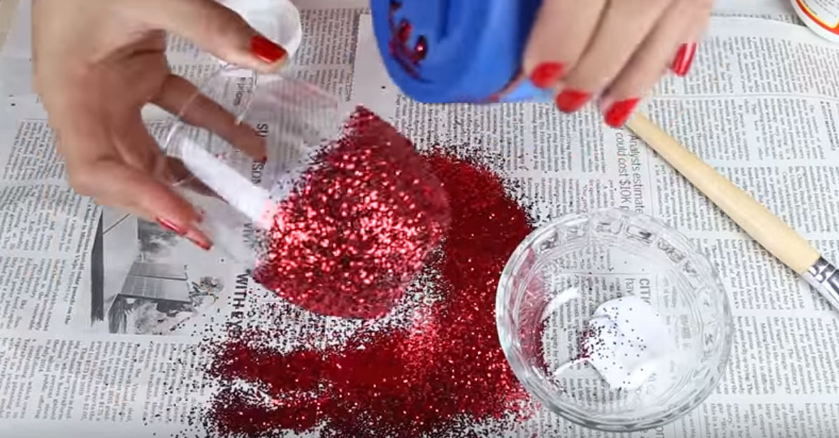 Spruce Up Your Dinner With These Fabulous DIY Glitter Glasses!